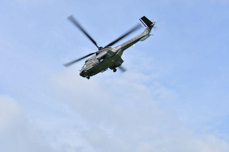 Lanud Iswahyudi mengerahkan Helikopter NAS-332 Super Puma H-3217 dari Skadron Udara 6 untuk memantau keamanan penerbangan pesawat dari balon udara liar yang dinaikkan warga di hari raya lebaran.
