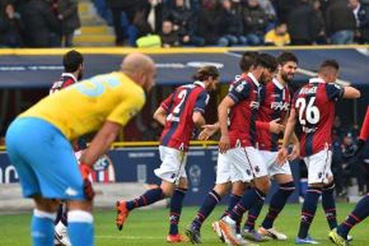 Kiper Napoli, Pepe Reina (baju kuning), terpaku setelah gawangnya dibobol Bologna pada laga Serie A di Stadion Renato Dall'Ara, Minggu (6/12/2015).