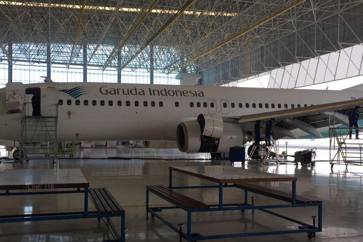 Mekanik tengah memeriksa pesawat Garuda Indonesia di salah satu hanggar Garuda Maintenance Facility (GMF) Aero Asia di Bandara Soekarno-Hatta, Rabu (19/7/2017).
