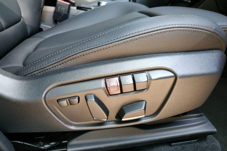 Pengaturan jok BMW X1 sudah elektrik dan punya memori untuk menyimpan setelan posisi duduk
