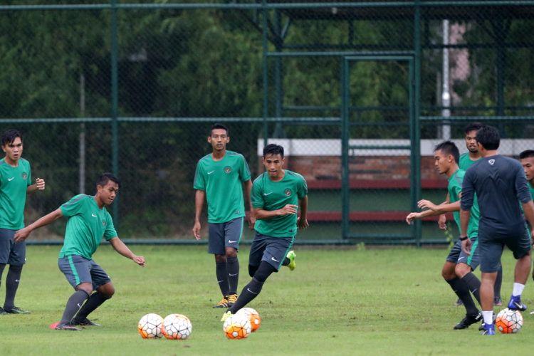 Suasana seleksi timnas U-22 Indonesia di Lapangan Sekolah Pelita Harapan, Tangerang, Banten, Rabu (22/2/2017). Sebanyak 25 pemian sepak bola mengikuti seleksi pertama Timnas Indonesia U-22 proyeksi SEA Games 2017.