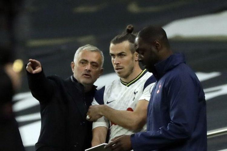 Gareth Bale (tengah) mendengarkan arahan Jose Mourinho (kiri) dalam laga Tottenham Hotspur melawan West Ham, Minggu (18/10/2020) pada lanjutan Liga Inggris.