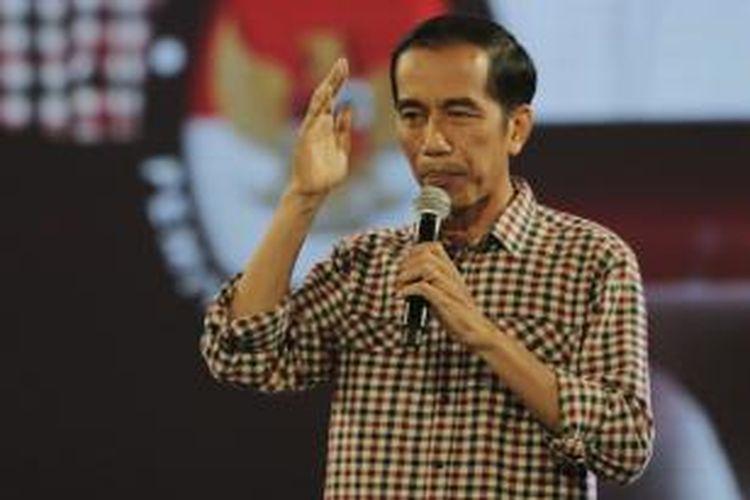 Calon presiden, Joko Widodo memaparkan visi misinya saat mengikuti Debat Final Pemilu Presiden 2014 dengan tema Pangan, Energi, dan Lingkungan di Hotel Bidakara, Jakarta, Sabtu (5/7/2014). Pemilu Presiden 2014 akan berlangsung 9 Juli mendatang.