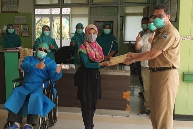 Direktur RSUD Kardinah, Kota Tegal, Heri Susanto melepas kepulangan pasien yang diterima istri pasien di RSUD Kardinah, Senin (13/4/2020) (Foto: Dok. Pribadi Dir. RSUD Kardinah dr. Heri Susanto)