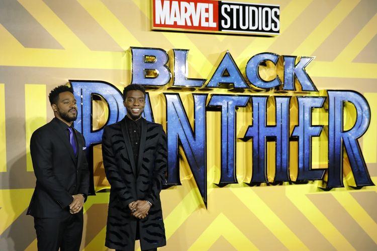 Sutradara Black Panther, Ryan Coogler (kiri), berpose bareng aktor Chadwick Boseman di pemutaran perdana di Eropa film Black Panther di London, Inggris, pada 8 Februari 2018.