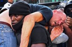 Viral Foto Pria Kulit Hitam Selamatkan Pria Kulit Putih dari Amukan Massa