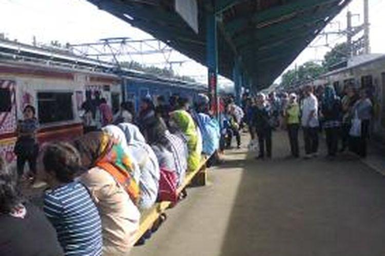 Suasana di Stasiun Pasar Minggu, Jakarta Selatan.