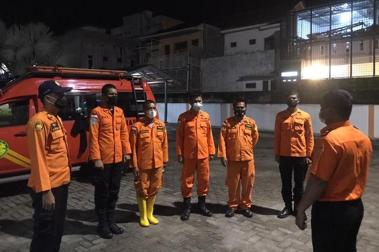 Satu regu penyelamat dari Kantor SAR Medan bersiap melakukan pencarian terhadap lima wisatawan yang diduga tersesat dan hilang di kawasan Pemandian Air Terjun Dua Warna di Kecamatan Sibolangit, Kabupaten Deliserdang, Sumut, Minggu (16/5/2021).