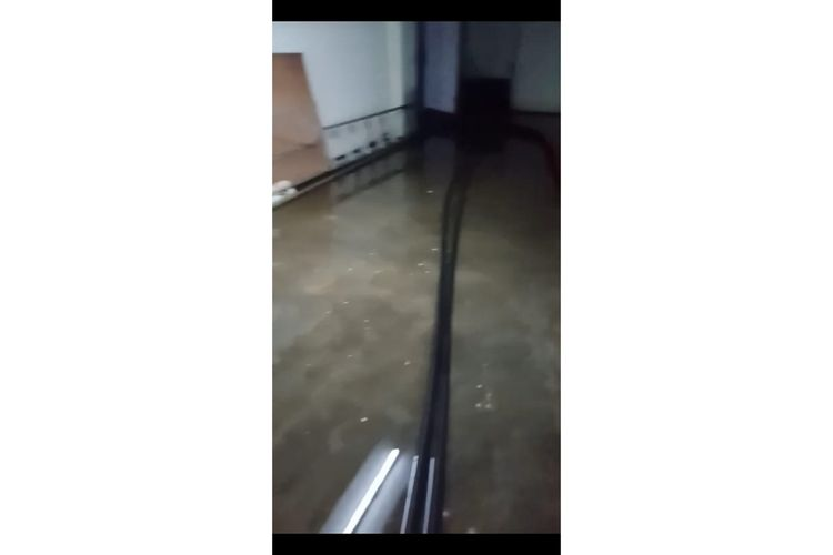 Banjir merendam Basement Kantor Kelurahan Jatinegara, Cakung, Jakarta Timur, Minggu (16/2/2020).