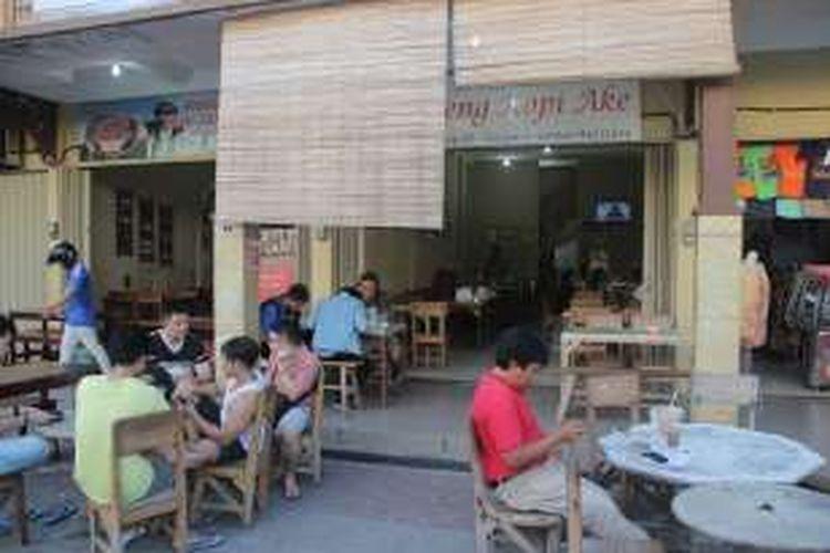 Penikmat kopi tengah berbincang di depan Warung Kopi Ake, Belitung, Senin (7/3/2016) sore.