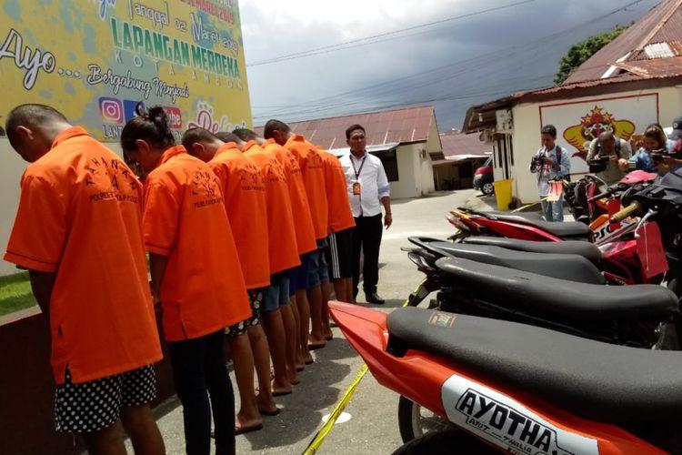 Tujuh pelaku pencurian kendaraan bermotor (curanmor) dihadirkan bersama barang bukti motor curian di halaman Kantor Polres Pulau Ambon, Rabu (27/2/2019)
