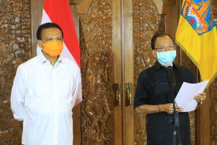 Gubernur Bali Wayan Koster didampingi Sekda Bali Dewa Made Indra saat memberikan keterangan terkait update data dan kebijakan penanganan COVID-19.