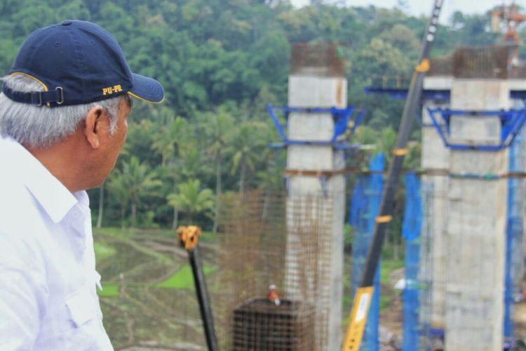 Menteri PUPR Basuki Hadimuljono memantau pekerjaan konstruksi Jembatan Kenteng pada Tol Salatiga-Kartasura.