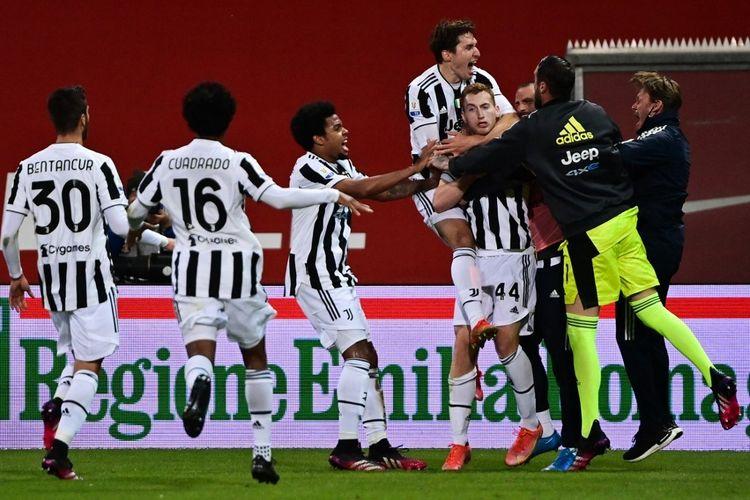 Para pemain Juventus merayakan gol Dejan Kulusevski ke gawang Atalanta pada laga final Coppa Italia 2020-2021 di Stadion Mapei, 19 Mei 2021.