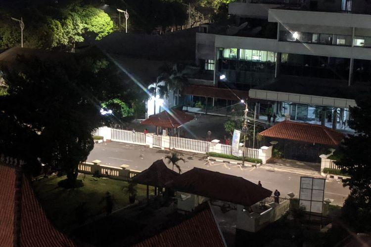 Kawasan di depan Menara Kompas, Jalan Palmerah Selatan, Jakarta Pusat, Rabu (25/9/2019) malam tampak sepi. Karyawan di dalam kawasan perkantoran di sana dilarang keluar. Warga yang hendak melintas di jalan ini pun diminta berputar atau malah tidak diizinkan.