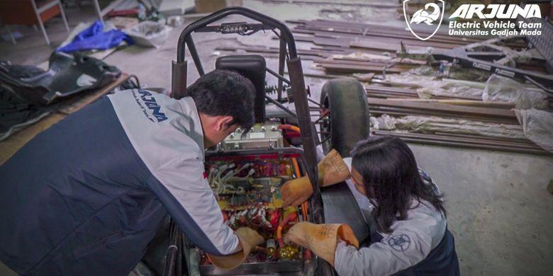 Tim Mobil Listrik Arjuna Universitas Gadjah Mada (UGM) berhasil memberikan prestasi memuaskan dalam kompetisi berskala internasional, Formula Student Electric Vehicle Concept Challange 2021 yang diadakan oleh Formula Bharat.