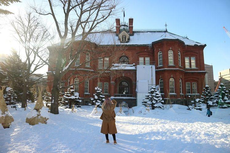 Turis Indonesia, Marischka Prudence menikmati salah satu obyek wisata bekas Gedung Pemerintahan Hokkaido saat musim dingin di Kota Sapporo, Prefektur Hokkaido, Jepang, Senin (11/2/2018).