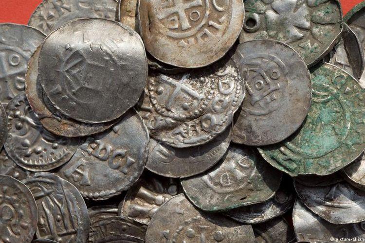 Koin-koin perak yang ditemukan di pulau Rugen, Jerman.