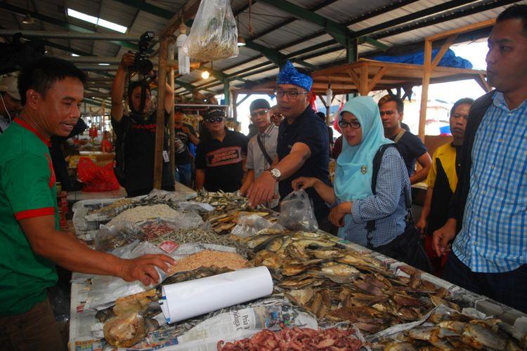 Bakal Calon Gubernur Jawa Barat Ridwan Kamil saat belanja ikan asin di Pasar Parung, Kabupaten Bogor, Sabtu (7/10/2017)