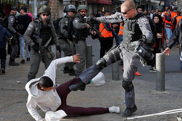 Seorang demonstran Palestina mendapat tendangan dari aparat keamanan Israel di luar situs Kota Tua Yerusalem, Jumat (15/12/2017).
