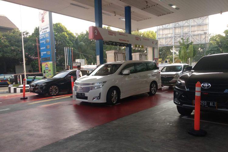 Antrean mobil di SPBU Pertamina 34.102.06 di Jalan Hang Lekir II pada Selasa (2/10/2018).