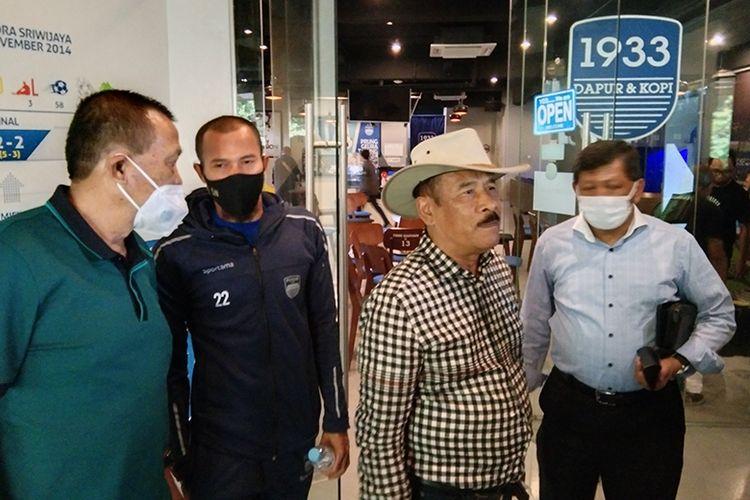 Jajaran manajemen Persib Bandung memberikan keterangan pers seusai menggelar pertemuan bersama pemain dan tim pelatih di Graha Persib, Kota Bandung, Selasa (03/11/2020).