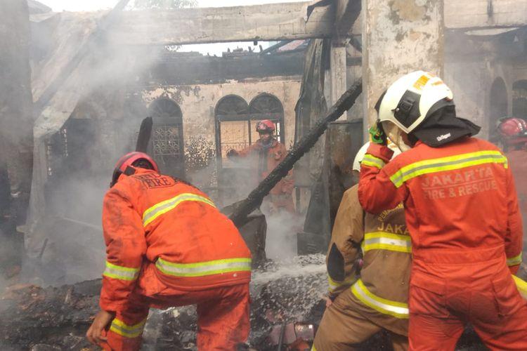 Pemadam kebakaran memadamkan api yang melalap sebuah rumah dua lantai di bilangan Kayu Putih, Pulogadung, Jakarta Timur, Sabtu (11/4/2020)