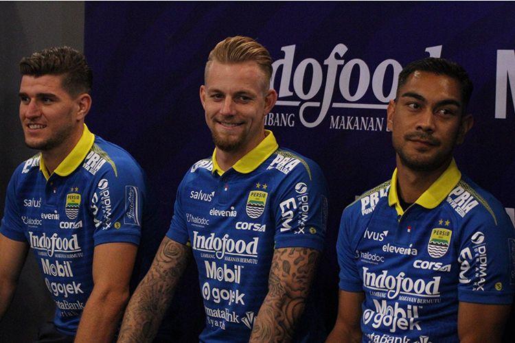 Nick Kuipers (kiri), Kevin van Kippersluis (tengah), dan Omid Nazari (kanan) diperkenalkan sebagai pemain baru Persib Bandung. (KOMPAS.com/SEPTIAN NUGRAHA)