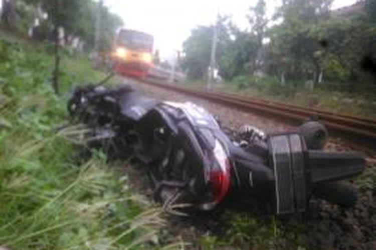 Sepeda motor milik Supardi rusak setelah terseret KRL Commuter Line di Palmerah, Minggu (5/4/2015).