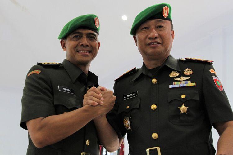 Kolonel Kav Hendi Suhendi (kiri) menjabat tangan Komandan Kodim 1417 Kendari Kolonel Inf Alamsyah usai upacara serah terima jabatan di Aula Tamalaki Korem 143 Haluoleo, Kendari, Sulawesi Tenggara, Sabtu (12/10/2019). Upacara sertijab tersebut dipimpin langsung Komandan Korem 143 Haluoleo Kolonel Inf Yustinus Nono Yulianto dan dihadiri Panglima Komando Daerah Militer (Kodam) XIV Hasanuddin Mayjen TNI Surawahadi. ANTARA FOTO/Jojon/ama.