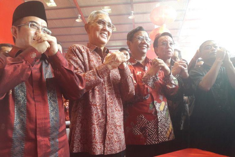Ketua UKP-PIP, Yudi Latief; Wakil Presiden keenam RI Try Sutrisno; dan Mantan Ketua Mahkamah Konstitusi, Mahfud MD mengunjungi Vihara Dharma Bakti, Glodok, Jakarta Barat, Jumat (16/2/2018)