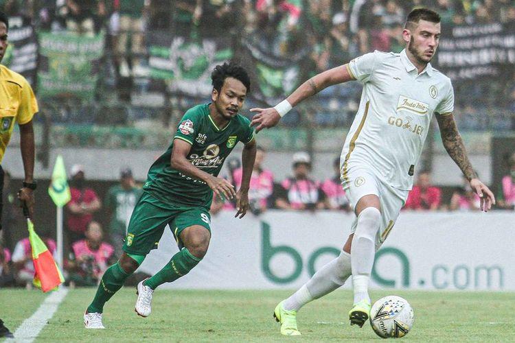 Yevhen Bokhashvili (kanan) sedang menggiring bola saat pertandingan Persebaya vs PSS Sleman di Stadion Gelora Bung Tomo, Surabaya, Jawa Timur, Selasa (29/10/2019).