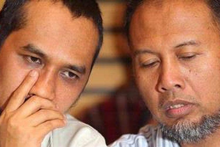 Ketua Komisi Pemberantasan Korupsi (KPK) Abraham Samad berdiskusi dengan Wakil Ketua KPK Bambang Widjojanto saat konferensi pers di Gedung KPK, Kuningan, Jakarta Selatan, Sabtu (6/10/2012). Konferensi pers ini berkaitan dengan adanya sejumlah anggota polisi dari Polda Bengkulu beserta Polda Metro Jaya yang datang ke KPK untuk menangkap salah satu anggota penyidik KPK, Kompol Novel karena diduga menjadi tersangka kasus pembunuhan di Bengkulu.