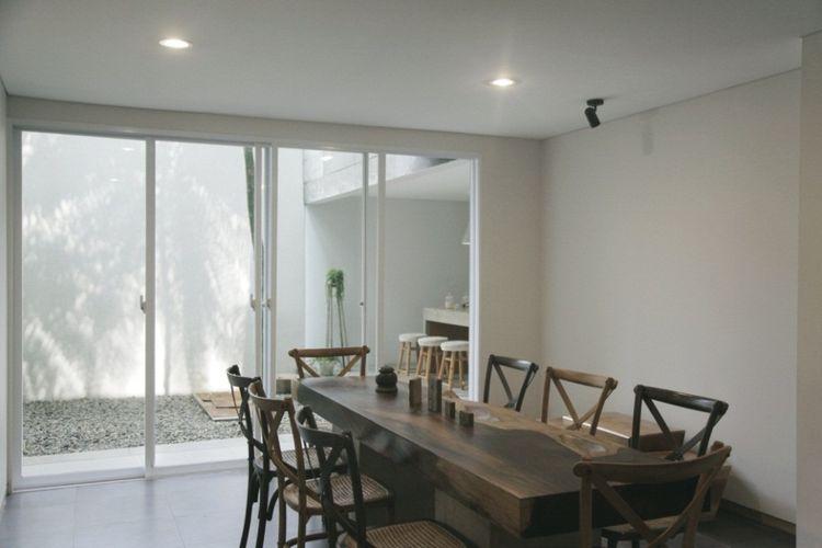 Meskipun berfungsi sebagai kantor, namun denah bangunan dibuat seperti rumah tinggal, untuk menghadirkan suasana khas rumahan.