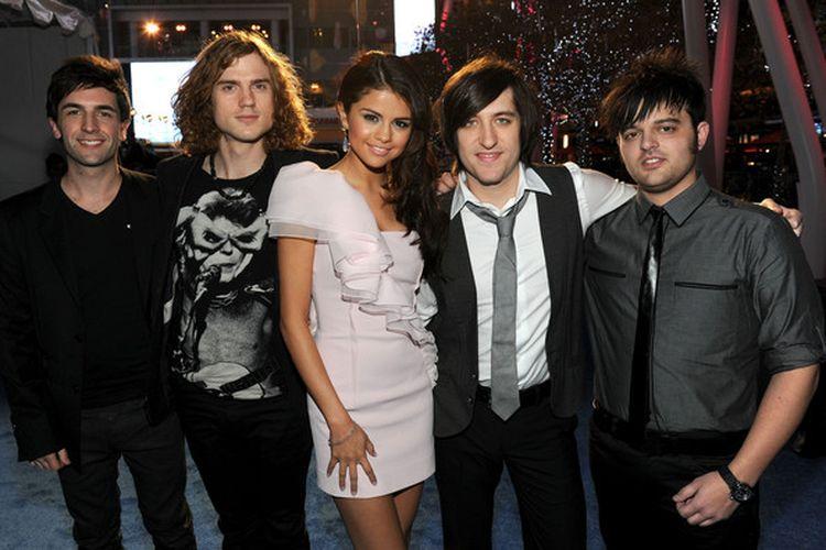 Grup musik Selena & The Scene yang beranggotakan vokalis utama Selena Gomez, bassis Joey Clement, drummer Greg Garman, keyboardis Dane Forrest, dan gitaris Drew Taubenfeld.
