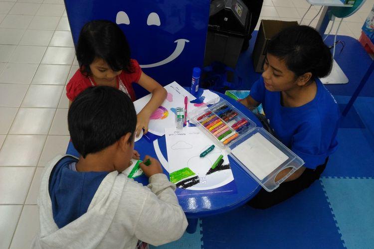 Ilustrasi anak belajar mewarnai