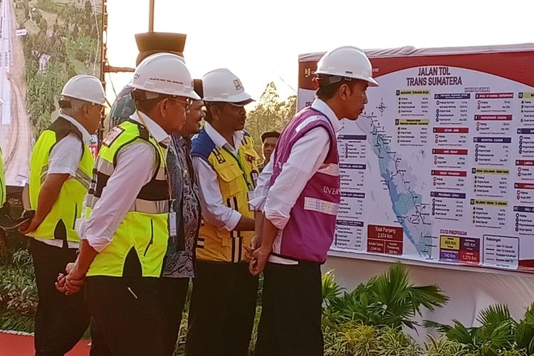 Presiden Joko Widodo meninjau proyek Jalan Tol Trans Sumatera ruas Banda Aceh-Sigli ditemani Direktur PT Hutama Karya (Persero) Bintang Perbowo, Menteri Pekerjaan Umum dan Perumahan Rakyat (PUPR) Basuki Hadimuljono dan Dirjen Bina Marga Sugiyartanto, Jumat (21/2/2020). Seksi 4 Ruas Banda Aceh-Sigli ditargetkan beroperasi pada Lebaran 2020.