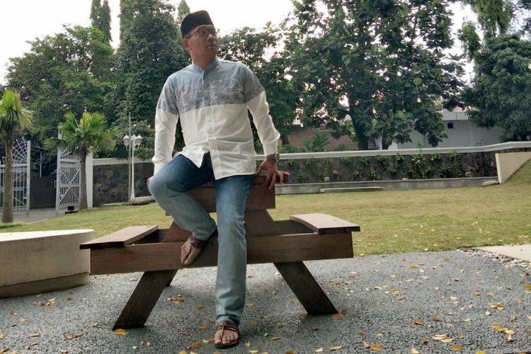 Gubernur Jawa Barat Ridwan Kamil saat mengenakan busana muslim bertema dwi warna dan motif mega mendung dalam proyek kolaborasinya bersama brand lokal di Pulau Jawa.