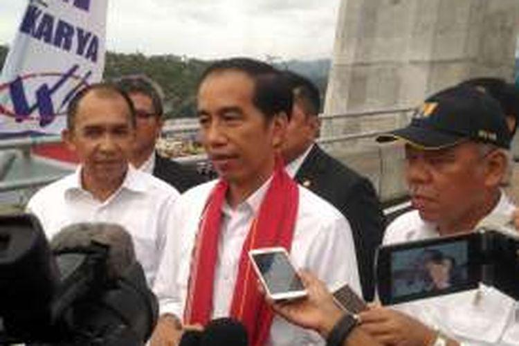 Presiden Joko Widodo usai meresmikan Jembatan Merah Putih di Kota Ambon, Senin (4/4/2016)
