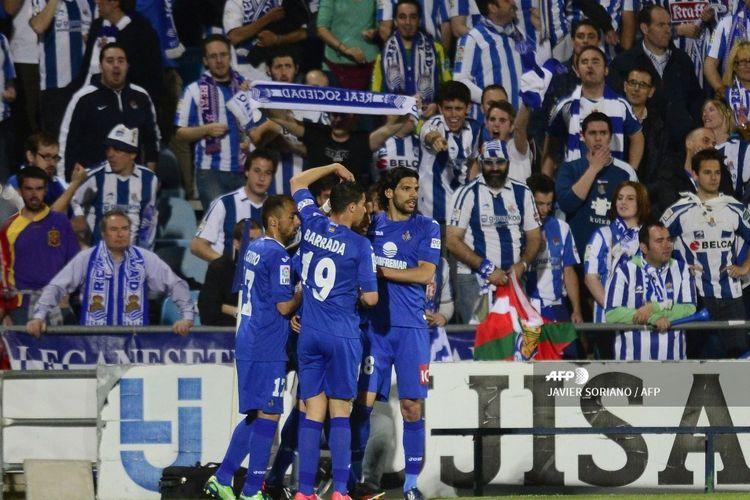 Para pemain sepakbola Getafe merayakan setelah mencetak gol tim pertama mereka selama pertandingan sepak bola liga Spanyol Getafe CF vs Real Sociedad di stadion Kolonel Alfonso Perez di Getafe pada 6 Mei 2013.