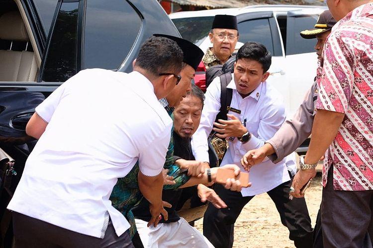 Menko Polhukam Wiranto (kedua kiri) diserang orang tak dikenal dalam kunjungannya di Pandeglang, Banten, Kamis (10/10/2019). ANTARA FOTO/Dok Polres Pandeglang/foc.