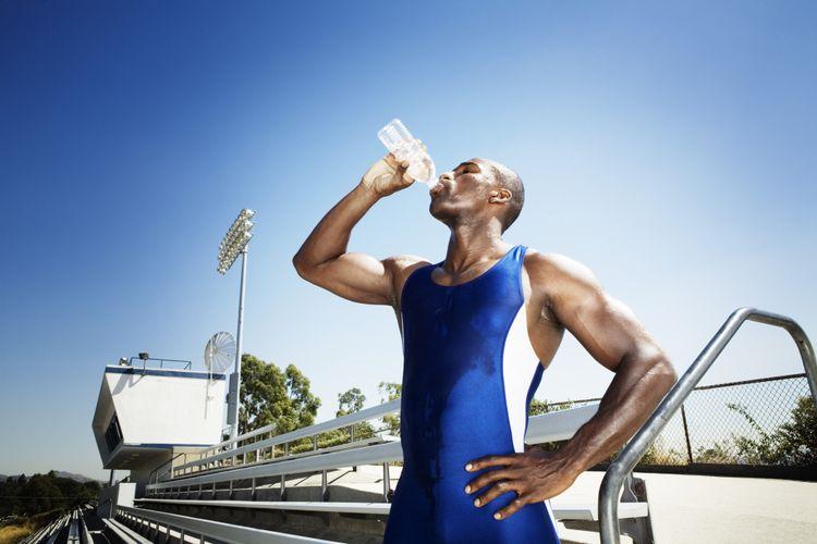 Ilustrasi minum air saat udara panas
