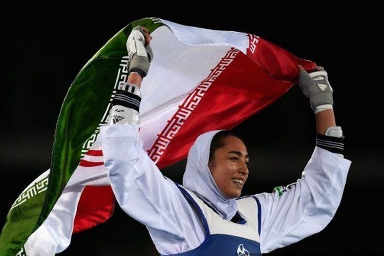 Atlet Taekwondo Iran, Kimia Alizadeh, merayakan kemenangannya di Olimpiade Rio 2016.