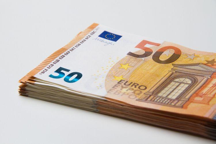 Ilustrasi lembaran uang 50 euro. debit adalah, rumus debit, apa itu debit