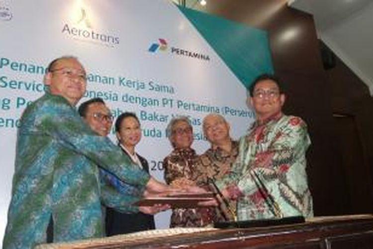 Penandatanganan antara Garuda Indonesia dan pertamina untuk pemanfaatan Vi-Gas pada kendaraan air crew Garuda Indonesia, Jumat (15/1/2016).