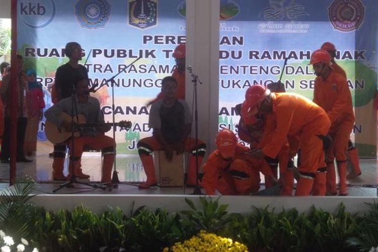 Para petugas PPSU Kelurahan Menteng Dalam beryanyi saat peresmian RPTRA di Jalan Rasamala III, Menteng Dalam, Tebet, Jakarta Selatan, Jumat (29/4/2016).