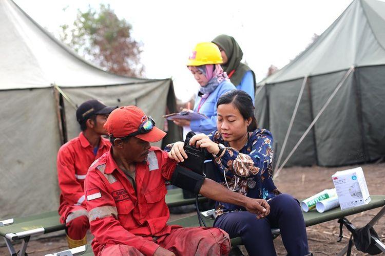 dr. Irma Mariany Sitohang sedang mengecek kondisi kesehatan Regu Pemadam Kebakaran (RPK).