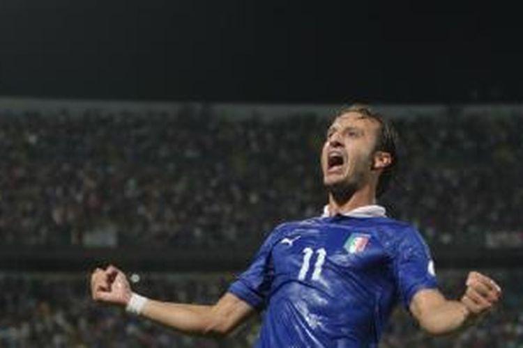 Penyerang Italia Alberto Gilardino merayakan golnya ke gawang Bulgaria, pada pertandingan kualifikasi Piala Dunia 2014, di Palermo, Jumat (6/9/2013).