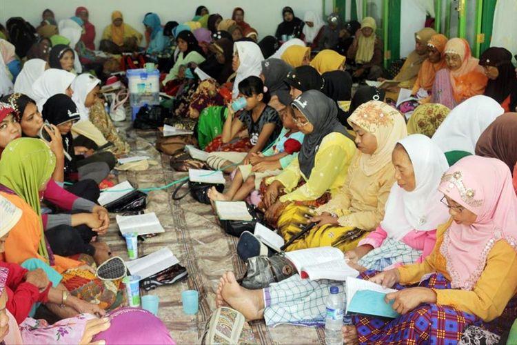 Dikili atau tradisi membaca riwayat Nabi Muhammad saat perayaan maulid nabi di Desa Bongo Kecamatan batudaa Pantai Kabupaten Gorontalo yang menggunakan bahasa Gorontalo dan Arab.