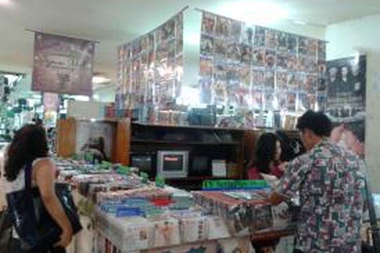 Ilustrasi penjual DVD dan software bajakan di pusat perbelanjaan